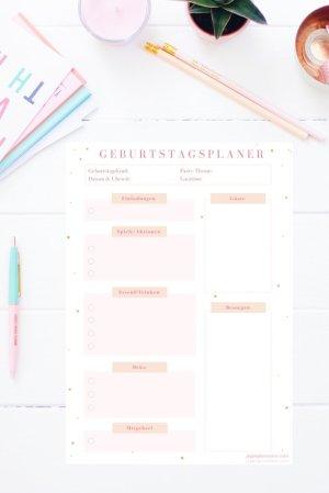 Der Geburtstagsplaner ist eine Checkliste zum Ausdrucken für den Kindergeburtstag. Du kannst alles eintragen, an was du denken musst, von Einladungen bis Mitgebsel und abhaken, wenns erledigt ist. Den Geburtstagsplaner gibt es auch im Happy Organizer Paket mit über 43 Organisationsseiten für alle Bereiche deines Mami Alltags: Rezeptkarten, Tagesplaner, Fitness Tracker, Finanzplaner, Paklisten, Wochenplan, Putzplan, Einkaufslisten, Speiseplan und vieles mehr!