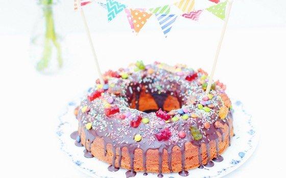 Geburtstagskuchen für Kinder: Marmorkuchen mit Süßigkeiten