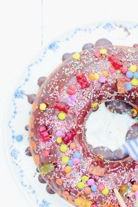 Der wohl einfachste und beliebteste Geburtstagskuchen für Kinder: ein klassischer Marmorkuchen mit Schokoladen Überzug und ganz viel Gummibärchen und Smarties drauf. Schnell gemacht und ein garantierter Erfolg!