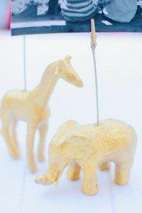 Stehst du auch so auf Wohnaccessoires in gold? Dann gefallen dir diese DIY Fotoständer bestimmt! Sie sind schnell gemacht und eignen sich toll zum Basteln mit Kindern. Ob Safaritiere, Dinosaurier oder Einhörner, auch eine schöne Aktion für den nächsten Kindergeburtstag!