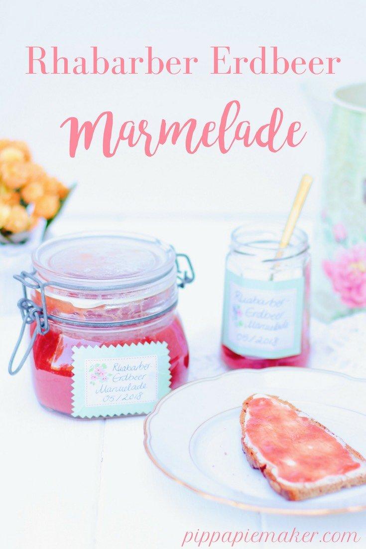 Rhabarber-Erdbeer Marmelade ist Sommer im Glas pur! Sie schmeckt herrlich frisch und lecker und die Vanille rundet die Marmelade perfekt ab. Eines meiner liebsten Rezepte mit Rhabarber.