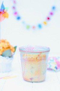 Rezept für einen luftig, leckeren Rhabarberkuchen im Glas. Perfekt für jedes Picknick, fürs Camping oder den Geburtstag im Urlaub. Auch toll als Geschenkidee für alle die Rezepte mit Rhabarber lieben!