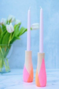 Bring den Frühling ins Haus mit diesen super einfachen DIY Kerzenständer mit geometrischem Muster! Toll auch zum Basteln mit Kindern und als Geschenkidee!