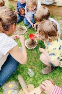 Eine Forscherparty ist ein super Motto für den Kindergeburtstag für Jungs und Mädchen. Hier findest du unsere komplette Organisation von Einladungen zum Kindergeburtstag, über Mitgebsel, Kuchen und natürlich die Spiele und Experimente für Kinder!