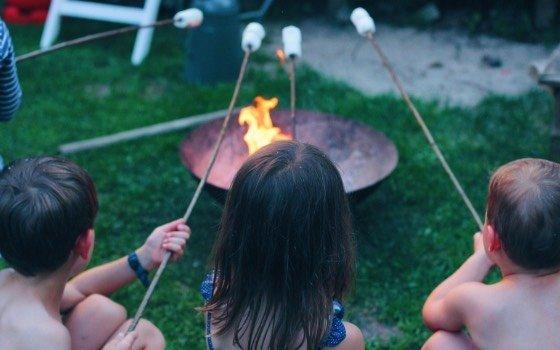 Ein Sommer Gartenfest mit Stockbrot