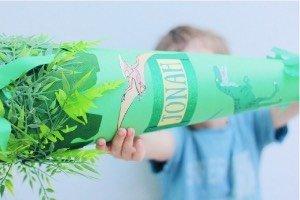 Hier kannst du sehen wie wir unsere Dino Schultüte gebastelnt haben. Ganz easy und mit kostenloser Dino Druckvorlage!