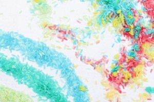 Regenbogen Reis selber machen ist ein riesen Spaß! Es geht schnell, einfach und ist günstig. Der Regenbogenreis ist ein Montessori inspiriertes Spielzeug mit dem sich Kleinkinder gerne und lange selbst beschäftigen. Regt die Fantasie an und gibt sensorische Reize.