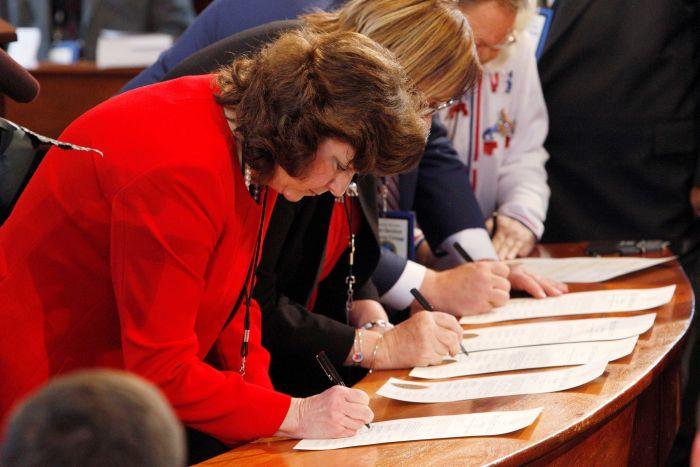 Perwakilan pemilih Electoral College di negara bagian North Carolina membubuhkan tanda tangan/Reuters