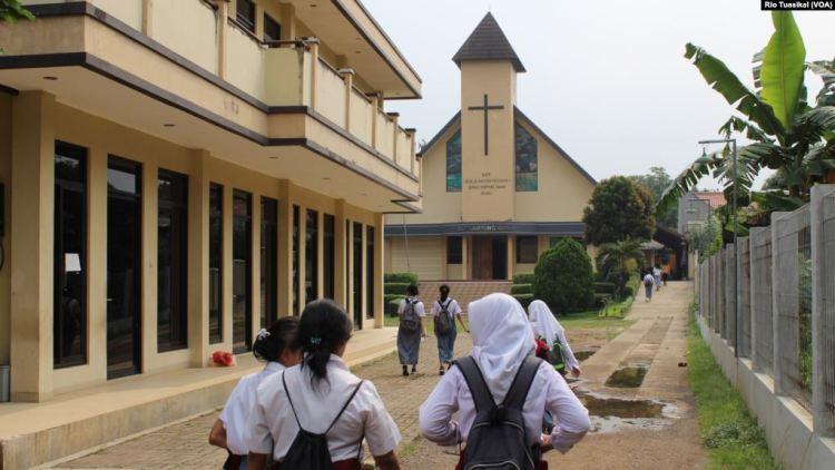Dua puluhan siswa-siswi dari berbagai agama berkunjung ke GKP Kampung Sawah, Selasa, 30 April 2019. Dalam Wisata Toleransi Kampung Sawah, mereka mengunjungi 5 rumah ibadah dan mengenal ajaran agama yang berbeda. (Foto: Rio Tuasikal/VOA)