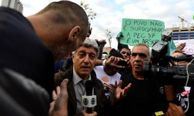 Caco Barcellos é expulso de protesto.