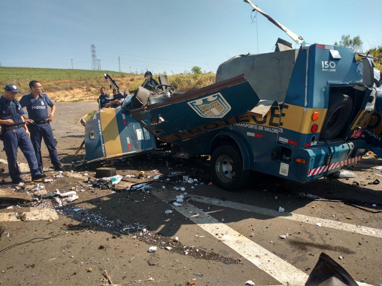 Bandidos explodem carro-forte e guardas municipais são baleados