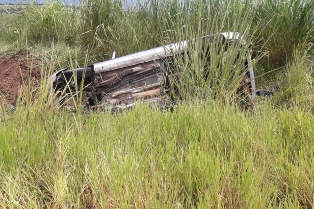 Veículo aquaplana em rodovia, invade pista contrária e capota na tarde desta quinta-feira (07)