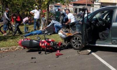 Em Piracicaba, grave acidente deixa motoqueiro ferido e carro destruído