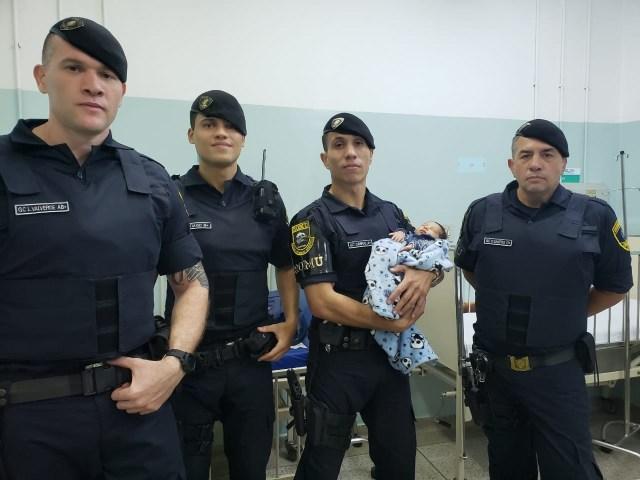 guardas-civis salvam bebê de 20 dias que estava engasgado