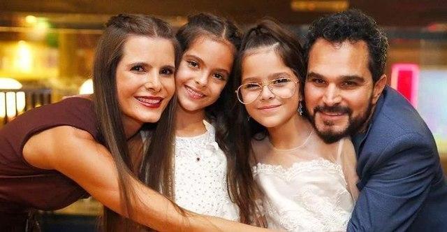 Luciano, Flávia e as gêmeas (Foto: Reprodução)