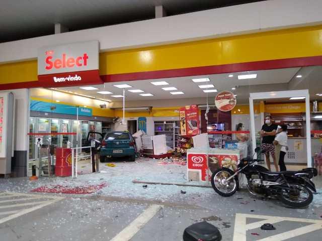 Carro desgovernado invade posto de combustíveis em Piracicaba