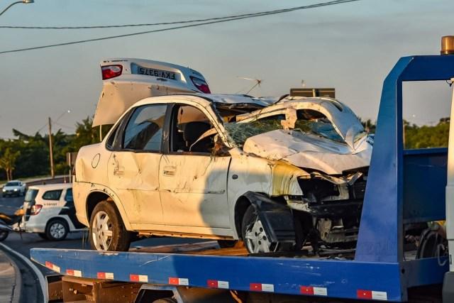 Carro e corpo são removidos de avenida de Piracicaba; motorista tinha 28 anos