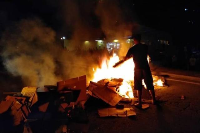 Com fogo, moradores do litoral norte de SP bloqueiam estrada de acesso de turistas da capital