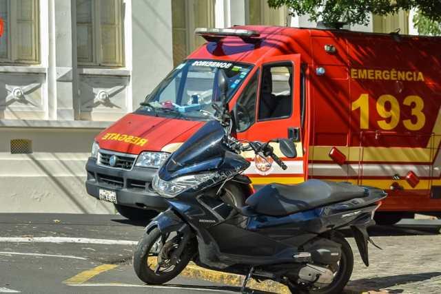 Carro desrespeita placa pare em Piracicaba, causa acidente com moto e foge do local