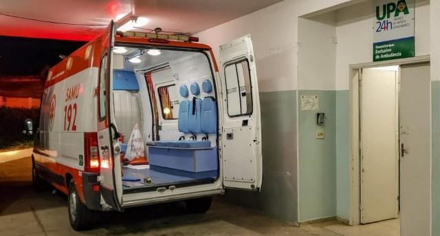 Na imagem podemos ver uma ambulância do SAMU estacionada em uma entrada de urgência de uma UPA