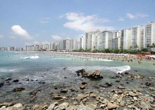 Uma foto do Guarujá, com vista à praia das Pitangueiras