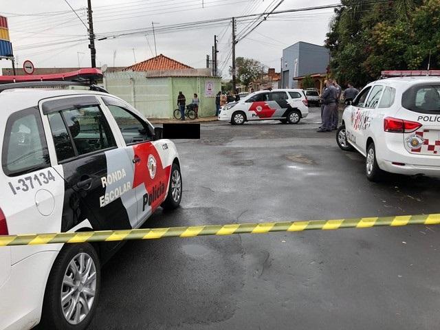 Homem é surpreendido por cinco indivíduos em veículo e morto a tiros