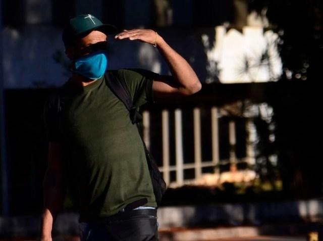 Uma foto de um homem usando máscara por causa da pandemia do novo coronavírus