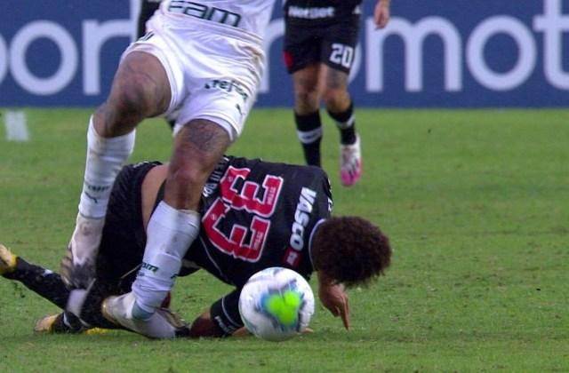 Uma foto do momento da lesão de Felipe Melo no jogo do Palmeiras contra o Vasco