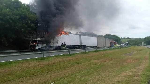 Campinas (SP): caminhão em chamas mobiliza bombeiros e PMR