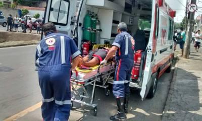 Uma mulher ficou ferida no acidente e teve que ser socorrida - Foto: Divulgação