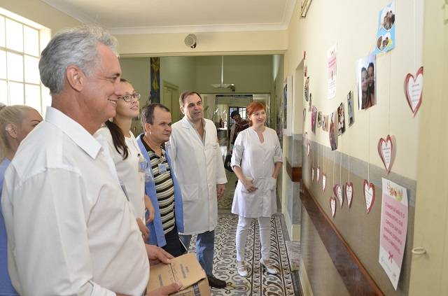 Exposição de fotos das funcionárias com seus filhos pode ser vista no corredor principal do Hospital - Foto: Divulgação