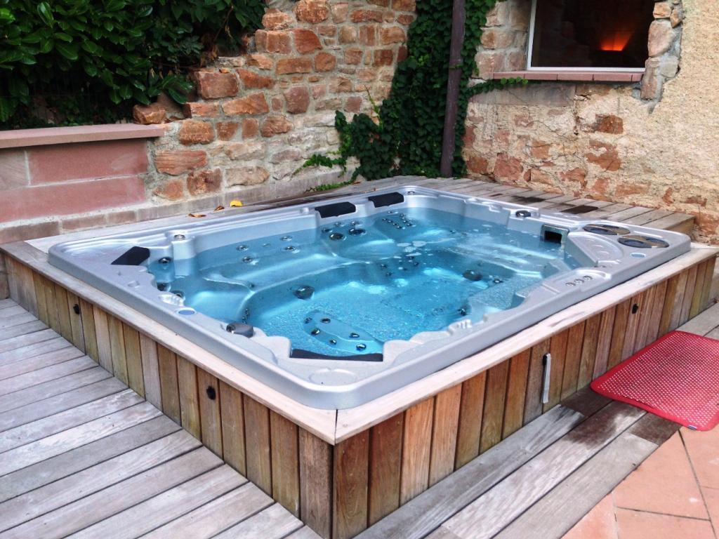 Installer une piscine ou un spa dans un petit jardin  Piscine Shop