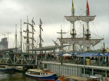 Blick auf die Landungsbrücken Segelschiffe