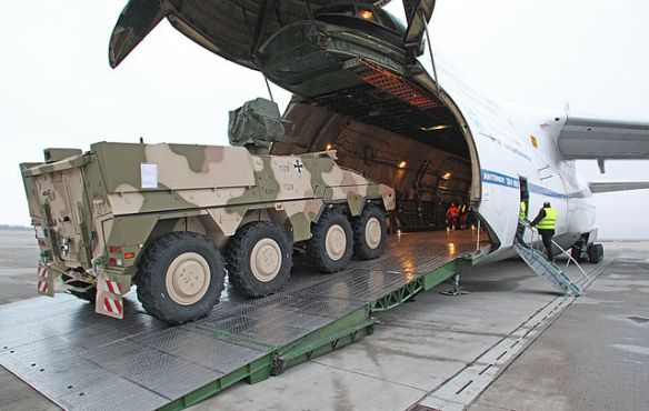 Ein GTK Boxer der Bundeswehr wird zum Transport nach Afghanistan in eine An-124 verladen - Foto: Bundeswehr / Mandt - CC-Lizenz Wikipedia