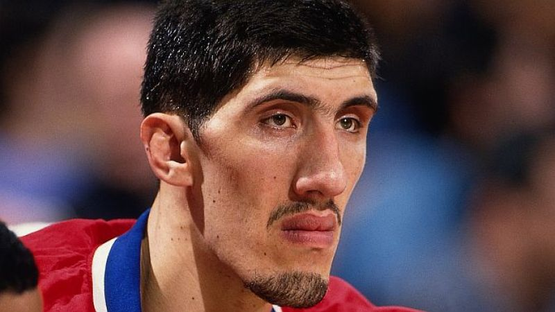 Fuente: www.tvovermind.com LOS ANGELES - FEBRUARY 2: Gheorghe Muresan of the Washington Bullets looks on from the bench during an NBA game against the Los Angeles Lakers on February 2, 1997 in Los Angeles, California. NOTE TO USER: User expressly acknowledges and agrees that, by downloading and/or using this Photograph, User is consenting to the terms and conditions of the Getty Images License Agreement. Mandatory Copyright Notice: Copyright 1997 NBAE (Photo by Andy Hayt/NBAE via Getty Images)