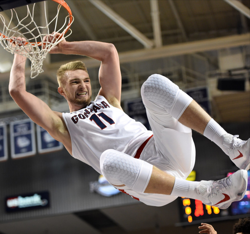 Fuente: www.todaysfastbreak.com November 21, 2015: Gonzaga sophomore forward Domantas Sabonis (11) gets a little extra hangtime after dunking during the game between the Mount St. Mary's Mountaineers and the Gonzaga University Bulldogs played at the McCarthey Athletic Center on the campus of Gonzaga in Spokane, Washington. Gonzaga won 101-56 to improve to 2-0 on the season. Mount St. Mary's fell to 0-4. (Photo by Robert Johnson/Icon Sportswire)