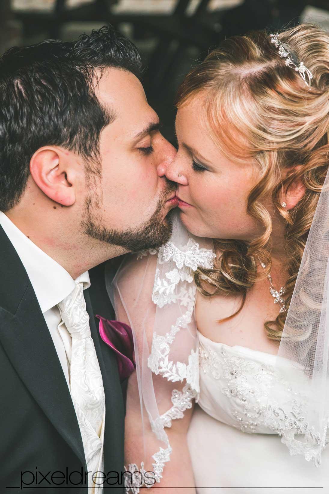 braut bräutigam liebe hochzeitsfoto hochzeitsreportage köln düsseldorf kuss pixeldreams
