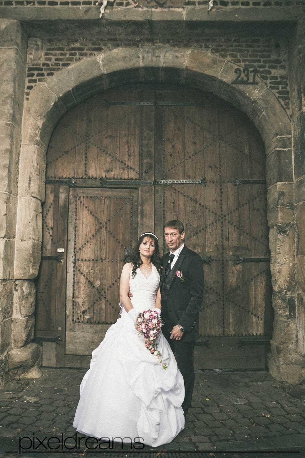 Hochzeitsfotografie vor dem Gutshof der Kommandeursburg in Kerpen Blatzheim.