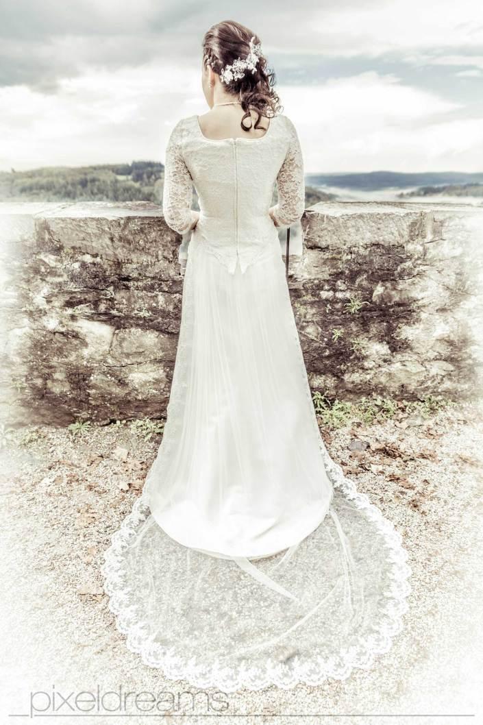 Ein traumhaftes Brautkleid, Rücken der Braut, Rückansicht, HDR, Hochzeitsfotograf, Hochzeitsbilder, Braunsfeld