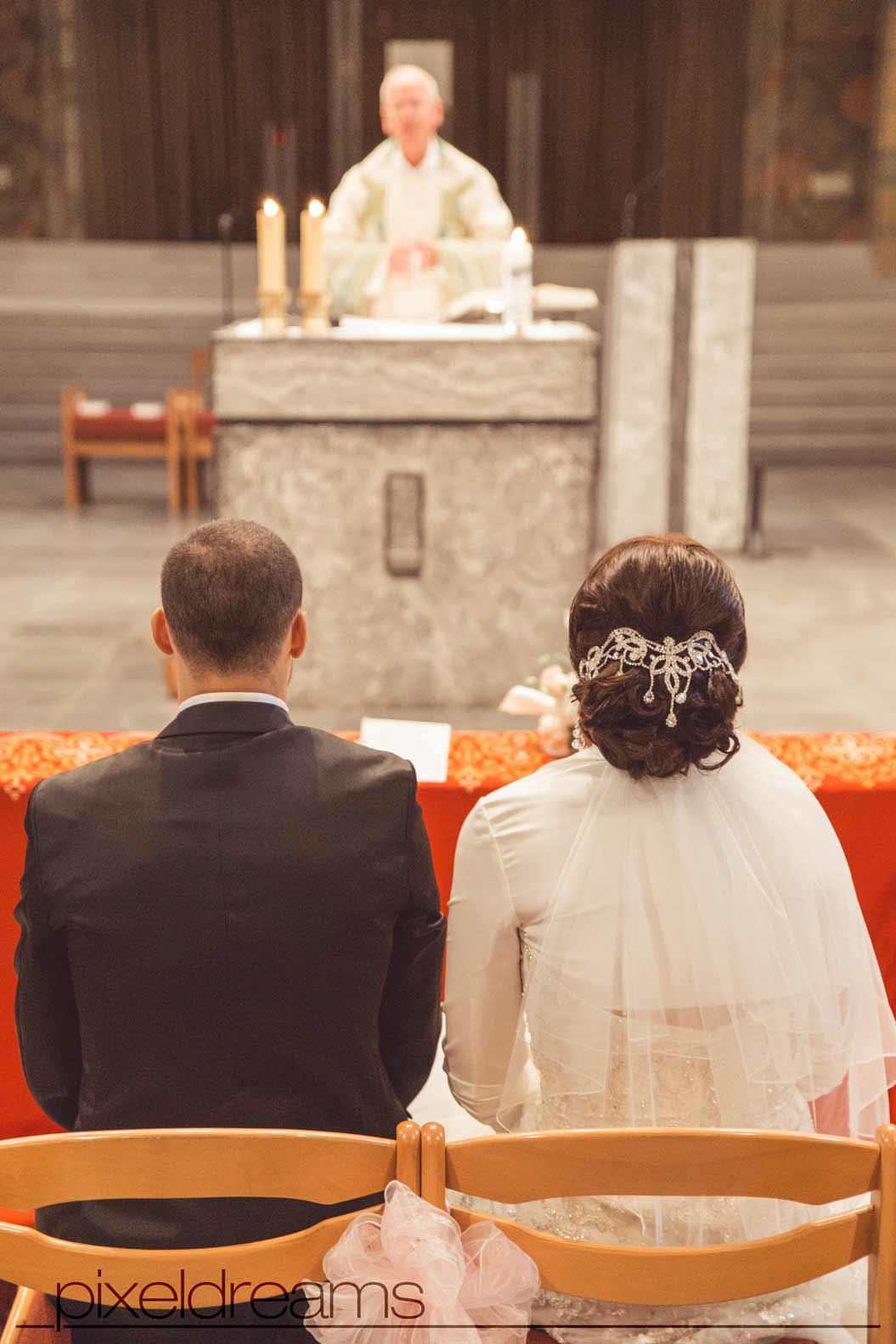 kirchliche trauung in der kirche, der braut und dem bräutigam, vor dem pastor, priester, pfarrer