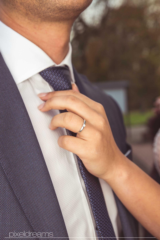 styling-braut-braeutigam-verlobungsring-nahaufnahme-krawatte-zart-hand