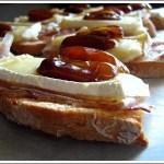 Crostini con Datteri, Pancetta e Brie – Per un Governo Serio: Liberiamoci del Maiale