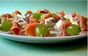 mini-spiedini con salmone, uva e roquefort2