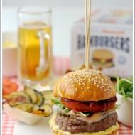 Hamburger di Manzo con Maionese, Formaggio di Capra, Pomodoro, Rucola, Cipolle Rosse Stufate e Pancetta Croccante