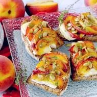 Bruschette con Pesche Grigliate, Brie e Semi di Zucca