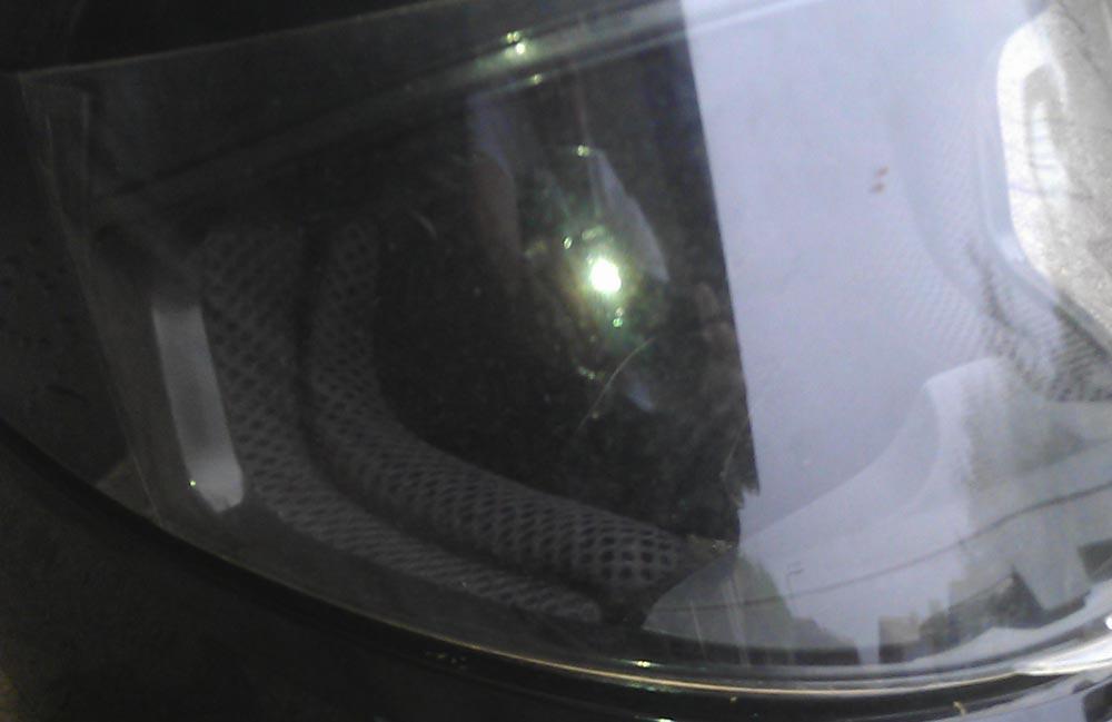 Ein verkratztes Helmvisier brigt ein großes Gefahrenpotenzial für Motorradfahrer