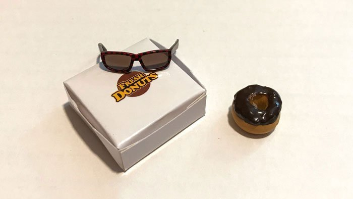 Hot Toys Iron Man Mark IV accessories (glasses, donut, and donut box).