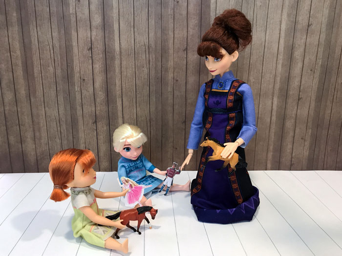 Arendelle Royal Family Doll Review.