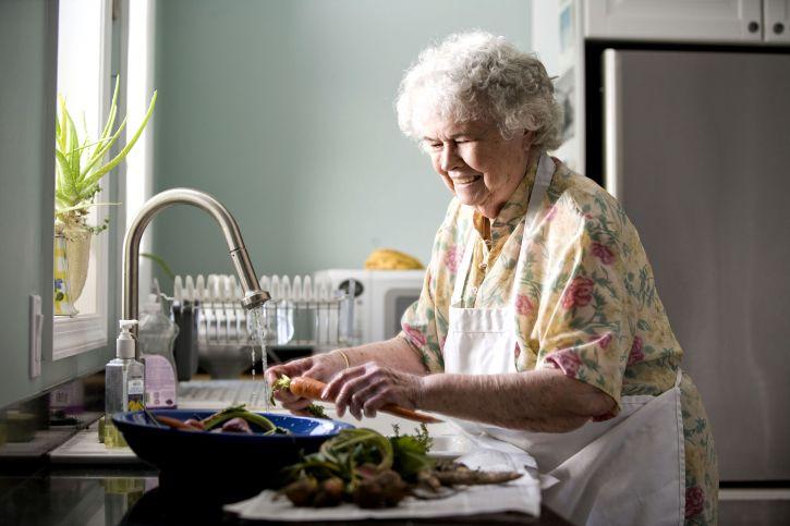 Free picture: portrait elderly woman kitchen preparing ...