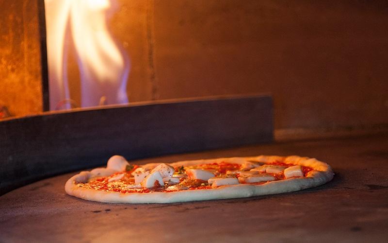 """Pizza-Planet è un'associazione no-profit, nata a La Spezia nel 2001 dall'iniziativa di un gruppo di professionisti, con lo scopo di valorizzare, conservare e migliorare il prodotto più tipico del made in Italy: """"la pizza""""."""